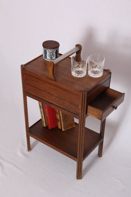 """Travailleuse en bois avec un manche en argent.  Contrairement aux travailleuses plus """"classiques"""", celle-ci a moins de compartiments, mais un plateau inférieur très utile (pour y mettre des livres par exemple)."""