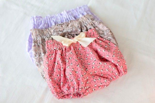 Sy en bloomer til babyen. Disse shortsene eller bleiebuksene til babyer som er blitt svært populære, og er så enkle å sy at du lager fort flere.