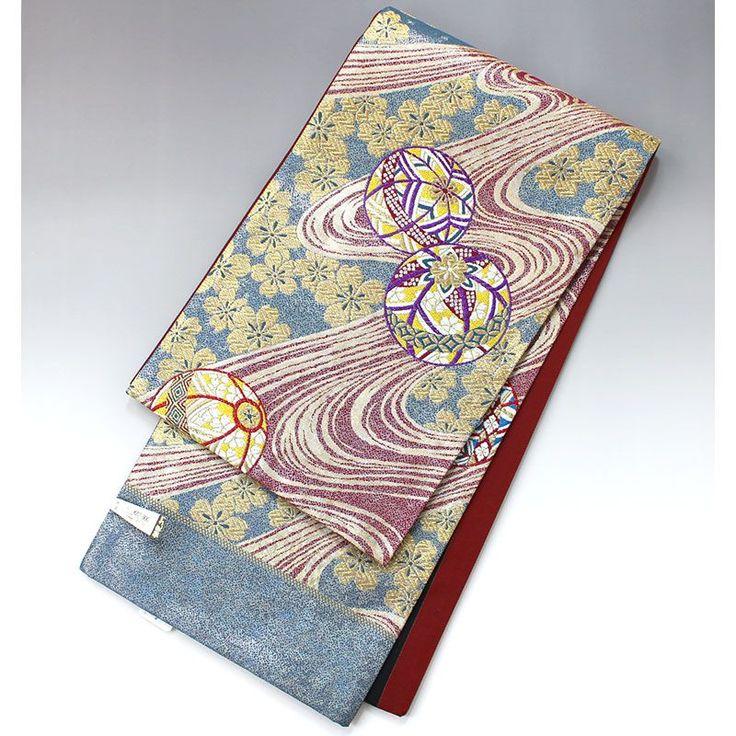 袋帯(未仕立て) 流水に桜と毬の柄【送料無料】 【中古】【仕立て上がりリサイクル帯・リサイクル着物・リサイクルきもの・アンティーク着物・中古着物】輝く華やかな袋帯です。 青緑の地色に金の桜、赤の流水の上に手毬の柄です。 金銀糸をふんだんに使い、色使いも鮮やかな袋帯です。  <シチュエーション> 華やかな色柄の袋帯ですので、振袖に合わせるのに最適です。 付下げ、訪問着で華やかな装いにもお使いいただけます。  <風合> ※手先、たれ先ともにかがってない、未仕立ての帯です。 着用にはお仕立てが必要になります。   <状態>  未使用品で、汚れ等ありません。 お仕立てをしていただければ問題なくご使用いただけます。