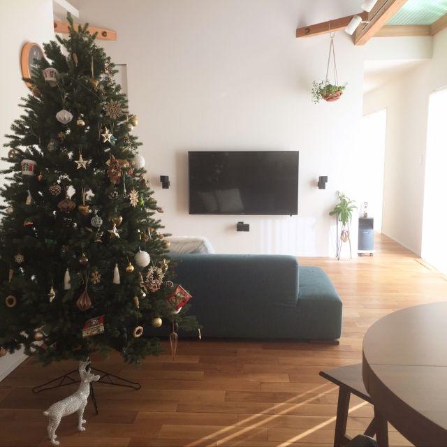 minminさんの、クリスマスディスプレイ,ダイニングテーブル,クリスマスツリー,ソファ,壁掛けテレビ,BOSEスピーカー,リビング,のお部屋写真