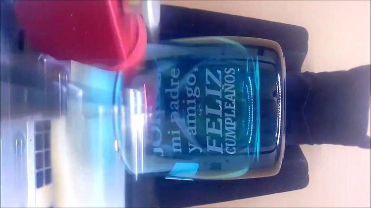 Vaso de Whisky Azul, personalizado mediante grabado láser  Sorprende a tus clientes y fidelízalos con un obsequio personalizado, elegante y sobrio, que les recuerde la importancia de tu marca en sus vidas.  También es un buen regalo para un amigo o amiga tu pareja, o esa persona que quieres sorprender.  consulta en www.lafactoriadelacreatividad.com
