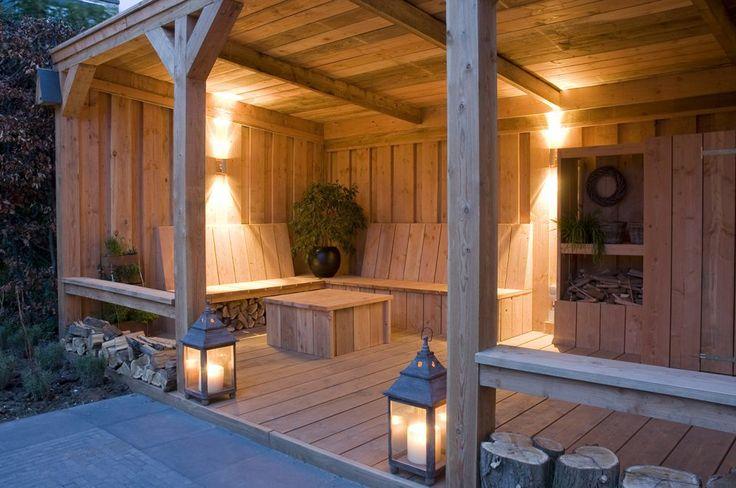 Sfeervolle tuinverlichting Deze warme en sfeervolle tuin biedt een heerlijke plaats om te relaxen. Deze overdekte veranda biedt zowel zomers als op de aangename herfstdagen een fijne omgeving waar je ongestoord kunt verblijven. Een wijntje op warme zomeravonden, een boekje lezen op de zondagmiddag