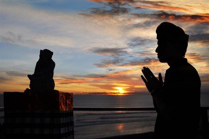 HARI Raya Nyepi Tahun Baru Saka 1940 diperingati oleh umat Hindu di Indonesia.    Bali, sebagai lokasi dengan mayoritas penduduk beragama Hindu, memiliki cara unik dalam merayakan hari besar tersebut.    Selama 24 jam alias satu hari penuh, Bali