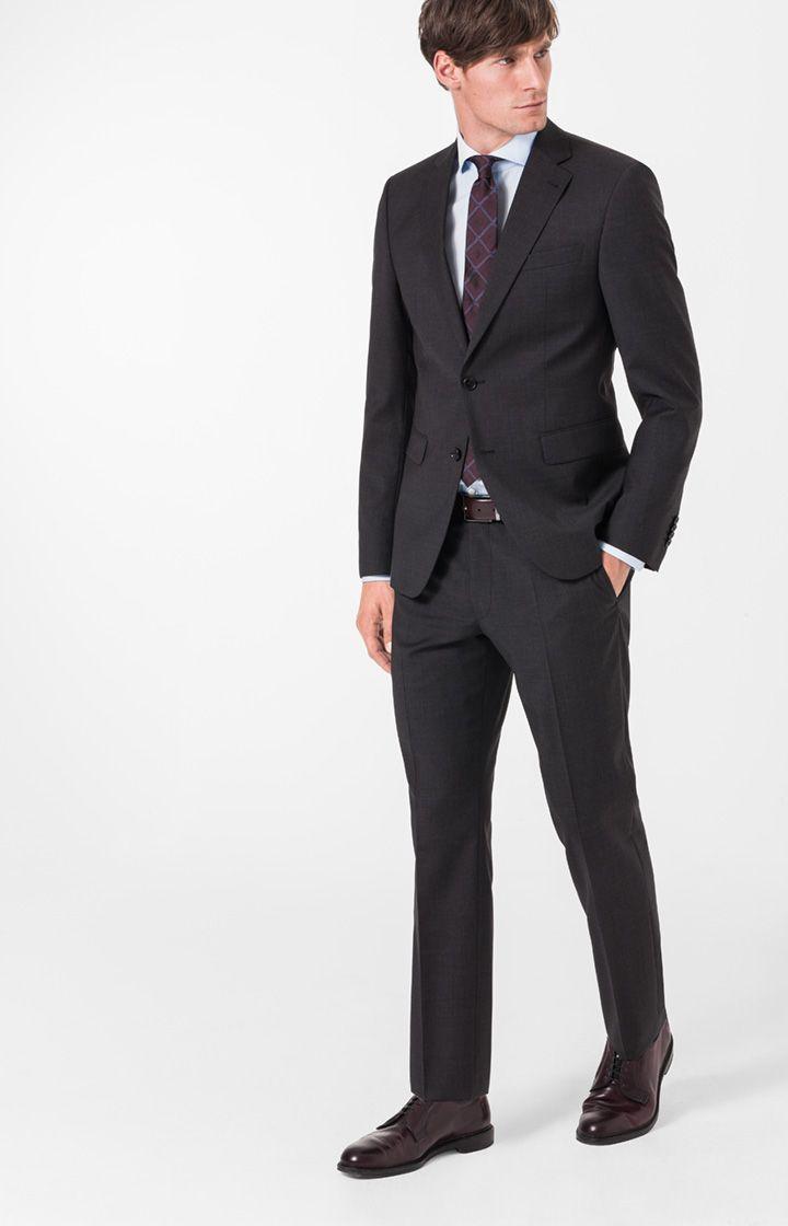 Investieren Sie in einen tadellosen, modernen Anzug wie Finch-Brad aus feinem, meliertem Kammgarn. Das Tuch mit natürlichem Stretchanteil wurde in deritalienischen Weberei Lanificio T.G. di Fabio speziell für JOOP! hergestellt. Diese hochwertige Qualität gepaart mit moderner Eleganz im Schnitt beschert Ihnen eine wertvolle Komponente für die gesamte Garderobe. Tragen Sie Sakko und Hose auch einzeln die Woche über. Mit Strick oder Chino oder ihrem Lieblings-Printshirt gemixt.