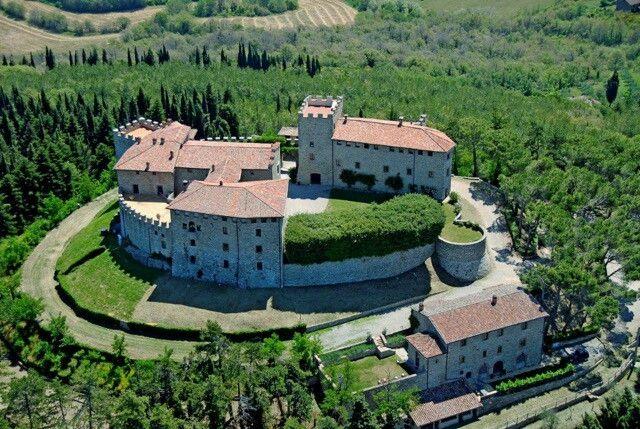 Italië, misschien wel het mooiste wijnland. Heerlijke gerechten, wijnen en prachtige kastelen. Hier is Castello di Montegiove... Hier krijg je Het Dolce Vita... http://www.wijngekken.nl/2017/01/04/mist-u-dat-italie-gevoel-ook-weer-zo/