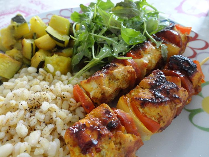 Voici de savoureuses brochettes parfaites pour la saison des grillades !! J'ai trouvé cette recette sur le très joli blog de Ginia qui fourmille d'idées gourmandes aussi appétissantes les unes que les autres !! Ingrédients : - 2 escalopes de poulet -...