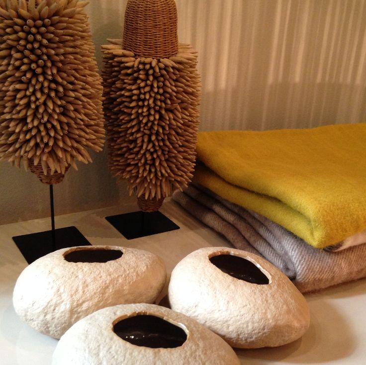 Mantas de llama, cuencos de cerámica y objetos realizados en papel trensado artesanalmente. #solsken www.solsken.com.ar