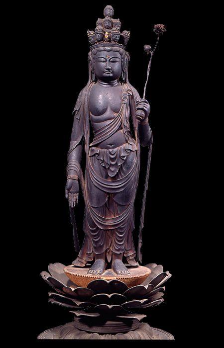 奈良~平安時代・8~9世紀/像高45.5cm 京都・海住山寺蔵 頭上の面から足部及び台座の蓮(れん)肉(にく)まで木目のきめ細かな針葉樹の一木から造る典型的な檀像(だんぞう)様の像。 唐時代の檀像をもとにしたきわめて正統的な像で、左肩から右脇腹にまわる条帛を左胸部で結う形は奈良時代後半の像に見られ制作時期を考える上で参考となる。