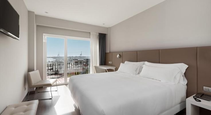 NH Castellón Turcosa Grao de Castellón The Nh Castellón Turcosa  overlooks the port of Castellon on the Costa del Azahar, Valencia. All of the modern, air-conditioned rooms have satellite TV, private balconies and a pillow menu.