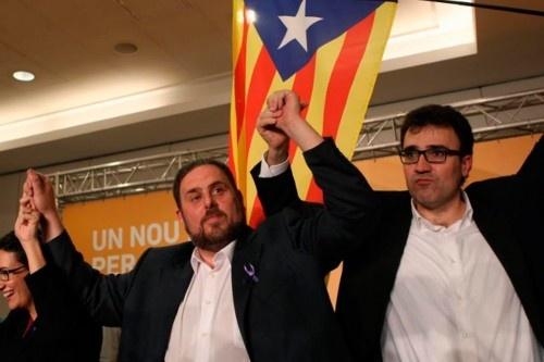 Oriol Junqueras celebra que su partido, ERC, es la segunda fuerza en Cataluña.