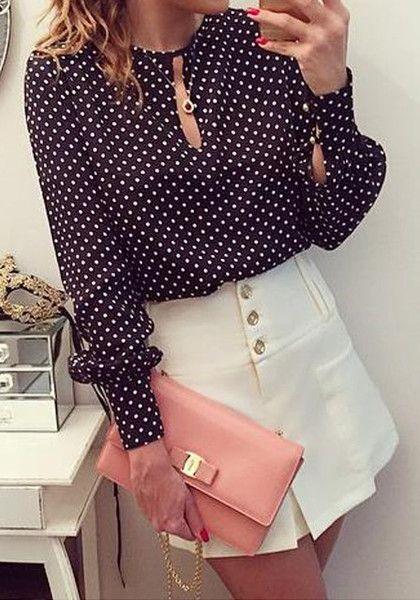 Modelo na blusa de bolinhas buraco da fechadura, mini saia e embreagem