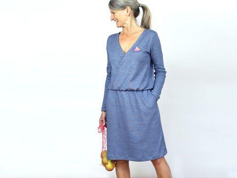 Elle s'adapte - voici venue ta nouvelle robe préférée ! MADAME VILMA est une robe en jersey flatteuse avec une partie supérieure raffinée et doublée en forme cache-coeur, un élastique caché dans la taille et deux longueurs de manches pour s'adapter à toutes les saisons. Dans ses poches en biais, tu peux enfouir tous les compliments que tu vas recevoir à propos de cette robe !  Adapté aux débutants avancé en couture !   *Tailles: XS S M L  *Métrage de tissu  Jersey / Largeur du tissu 140 cm…