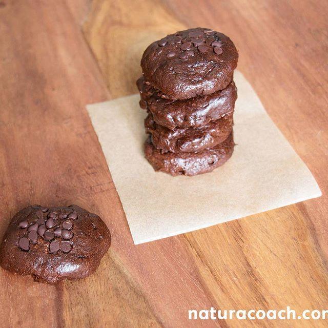 ~ Cookies moelleux chocolat noisette sans gluten et sans beurre ~  •325 g de purée de noisette  •10 dattes  •3 œufs  •50 g de cacao en poudre (non sucré)  •2 c à s de miel ou de sirop d'érable  •Une pincée de vanille en poudre et de cannelle  •Une pincée de sel  •1/2 c à c de bicarbonate de sodium  •1 c à s de vinaigre de cidre  •Une poignée de pépites de chocolat noir (ou 50 g de chocolat en tablette haché au couteau)