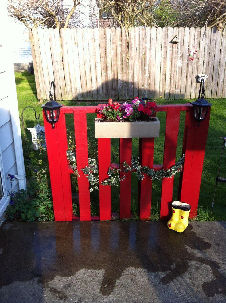 Best 20 wood pallet fence ideas on pinterest pallet for Pallet picket fence