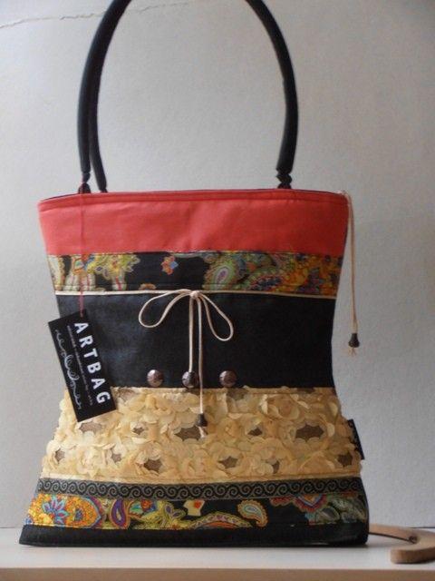 Különleges, csíkokból összeállított táska