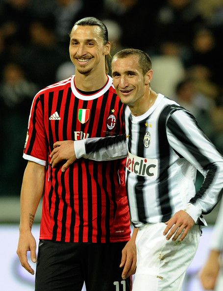 Zlatan Ibrahimovic Photos Photos - Giorgio Chiellini (R) of Juventus FC and Zlatan Ibrahimovic of AC Milan smile during the Tim Cup match between Juventus FC and AC Milan at Juventus Arena on March 20, 2012 in Turin, Italy. - Juventus FC v AC Milan - Tim Cup