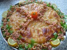 Visbestilla. Pastila (ook wel bestilla) is een Marokkaans gerecht dat wordt gemaakt van filodeeg en verschillende vullingen kan hebben. Het is een soort hartige taart. De meest voorkomende vullingen zijn die van duif of kip met amandelen, en die met vis en zeevruchten. De pastilla wordt na het vullen afgebakken in de oven.Pastila is een feestelijk gerecht en wordt daarom vaak geserveerd voor gasten en op feestelijke gelegenheden zoals bruiloften en geboortefeesten.