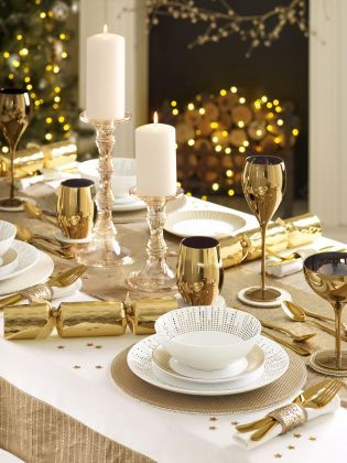 The perfect Christmas table setting that oozes glamour! And it's thanks to our gorgeous gold collection.