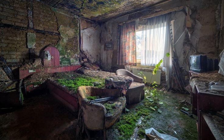 BANCO DE IMAGENES GRATIS: Casa abandonada con recámara cubierta de musgo y tierra