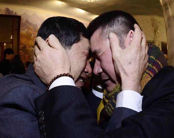 Een emotioneel weerzien tussen de Zuid-Koreaan Park Yang-gon (l) en zijn broer Park Yan Soo uit Noord-Korea. De twee mogen elkaar eindelijk weer even in de armen sluiten. Sinds de Koreaanse oorlog, zo'n zestig jaar geleden, leven tienduizenden Zuid-Koreanen gescheiden van hun familie in het communistische noorden. Het is de eerste keer in bijna vier jaar dat er weer kortstondige familiereünies plaatsvinden.