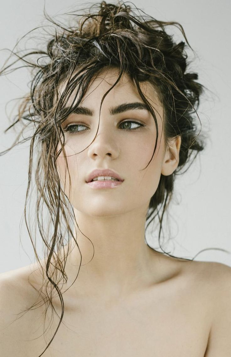 http://madame.lefigaro.fr/beaute/Si souvent les cheveux gras sont dûs aux hormones, certains mauvais réflexes peuvent accentuer le phénomène. On fait le point avec Sylvie de l'Institut Léonor Greyl.