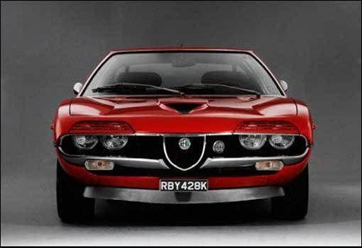 Alfa Romeo Montreal. Jest to  samochód sportowy typu coupe produkowany przez znaną włoską markę motoryzacyjną w latach 1971-1977. Wyprodukowano blisko 4 tysiące egzemplarzy tego modelu. Zaopatrzony on został w silnik V8 o mocy 200 KM. Model ten rozpędzał się do setki w 7,6 sekundy, a jego prędkość maksymalna wynosi 220 km/h. Do dziś uchodzi za jeden z najpiękniejszych i stylowych aut lat 70. #motoryzacja #samochód #Włochy ##Alfa ##Romeo