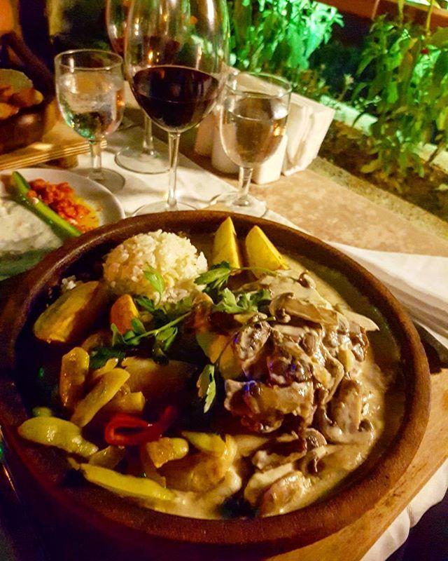 Turkisk filet mignion med en massa carbs, färska grönsaker och sås 😄🇹🇷 #filetmignon #dinner #turkishfood #restaurant #vecation #holiday