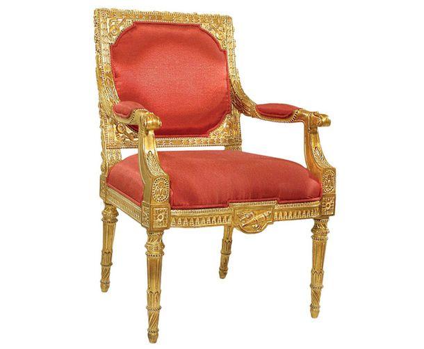 Архитектурные ножки в виде колонн: ножки оформляют по правилам античного ордера: их верхняя часть выполнена в виде капители, сами ножки украшены каннелюрами – продольными бороздками. На фото: кресло в стиле Людовика XVI, Dream Lake.