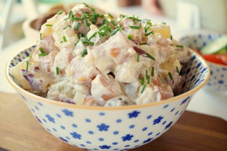 Wienersalat. En nem opskrift på hjemmelavet wienersalat med kartofler og pølser. Wienersalaten smager godt sammen med groft rugbrød eller i en bolle.