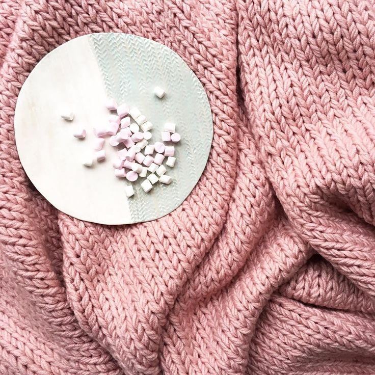 Sweet life! Pink #chunky knit #bedthrow and #ceramic plate!