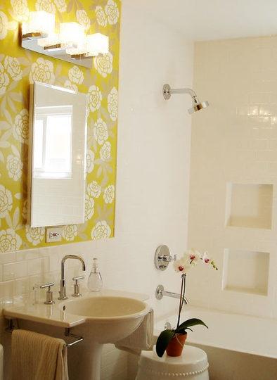 ooh!  Pretty wallpaper in the bath!