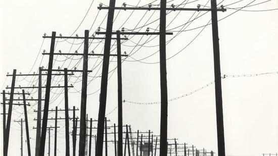 """Kiyoshi Niiyama: """"Untitled (Power Lines)"""", 1959, Silbergelatineabzug, geprinted 1959-1960er-Jahre, 20,2 x 30,3 cm. (Ausschnitt) Quelle: Estate of the Artist/Courtesy Kicken Berlin"""