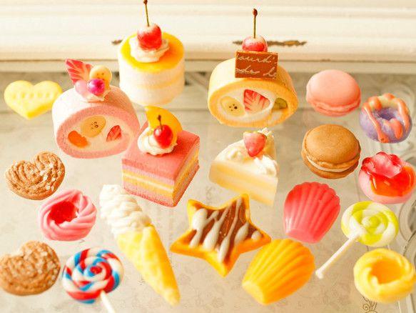 大人気のカットロールケーキ、カットケーキ各種、ソフトクリーム、ミニマカロン、ドーナツ、チョコレートソースの星形アイシングクッキー、マドレーヌ、クルクルキャンディー、チョコパルミエなどスイーツが20個入った詰合せです。バラエティー豊かでおすすめです。カットロールケーキを使った作品例https://www.creema.jp/item/1307054/detail■サイズは 定規またはコインをご参考下さい。定規は目盛りが短い方がセンチ、長い方がインチです。■使用素材 樹脂粘土、透明粘土、アクリル絵の具、油絵具、紙粘土、エポキシ系接着剤、エナメル塗料その他の注意■小さなお子様やペットなどの誤飲にはくれぐれもご注意下さい。■手作り品の為、市販の品のような強度はございません。無理に引っ張ったり、強い衝撃で壊れる場合がございますので、お取扱いにご注意下さい。■デコパーツの楽しみ方は自由自在です(*^…
