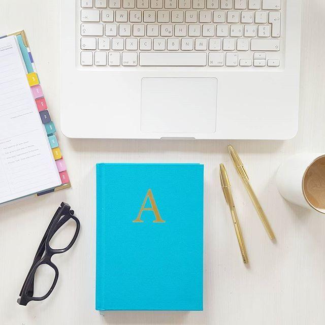 """A wie Anfang. Oder """"Alles wird gut"""". Oder Abenteuer, Aaaargghh und Ausruhen ade. Wir strampeln immer noch, aber es wird irgendwie klappen. Unsere geniale Druckerei macht gemeinsam mit uns Überstunden dafür. DAS ist tolles Business!  #business #busy #crazyday #lehreragenda #emilyley #simplifiedplanner #Agenda #augenzuunddurch #desktop #druck #print #planner #inlovewithturquoise #work #weekendwork #überstunden"""