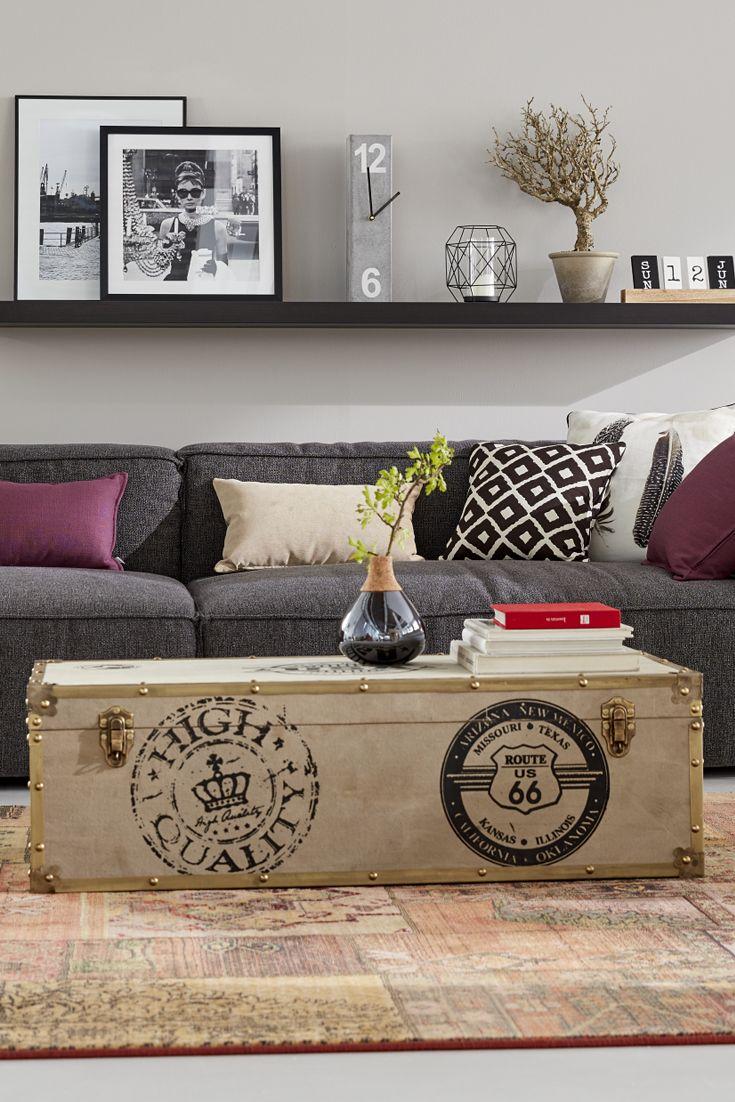 Helle Truhe als Couchtisch, Metallic-Vase, grauen Sofa mit gemusterten, bunten Kissen - ein Traum!