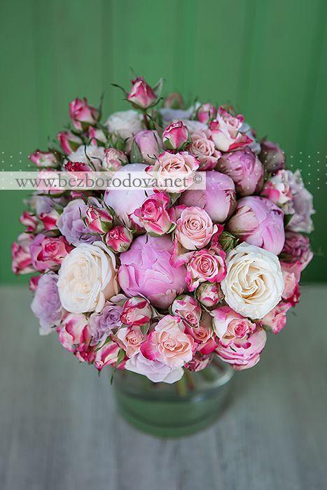 Свадебный букет из розовых пионов и кустовых роз, кремовых пионовидных роз и сиреневых роз