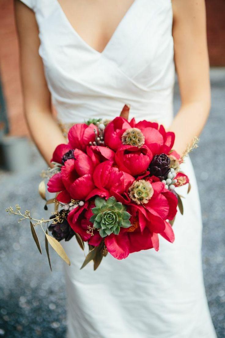 Sommer Brautstrauß in Rot und mit Sukkulenten
