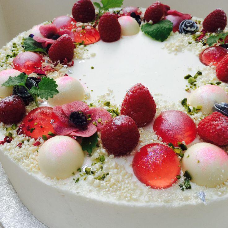 """""""Denne kage egner sig fantastisk som bryllupskage, festkage, fødselsdagskage eller lign. Men præcis denne er en kage serveret ved et CHANEL-event i februar 2016.Jeg blev bedt om at bage kager til et CHANEL event.. Jeg modtag et mood-board fra Chanel med titlen """"Vinterhaven"""" – og"""