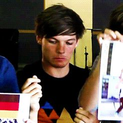 A bewildered Louis realizing he doesn't have fan art to show off, who then overcomes this obstacle...(gif) 1