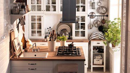 """Les nouvelles idées """"petits espaces"""" de Ikea sont vraiment bien. Jolie cuisine. Desserte et barres murales en fer forgé adoptées !"""