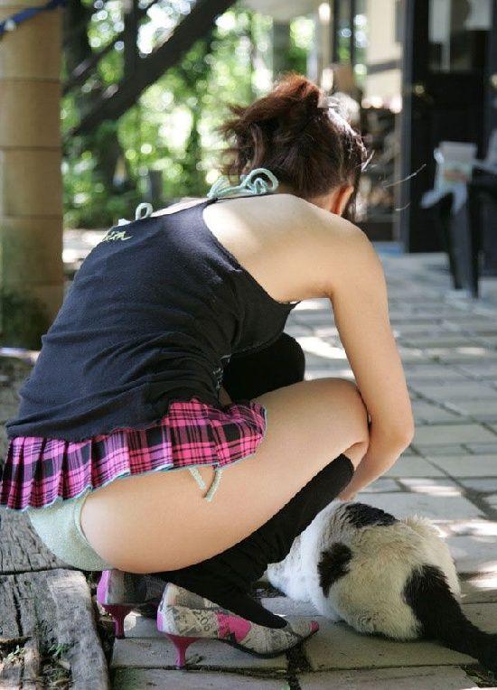 Upskirt tying shoe pussy