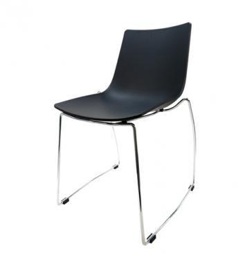 Elegantní plastová židle v černé barvě na kovových nohách.   Pokud toužíte po nadčasovém interiéru, jsou pro Vás plastové křesílka to pravé. Velmi oblíbený design 50. let příjemně oživí Váš domov a navíc už nebudete chtít sedět na ničem jiném.  Tyto křesíkla můžete kombinovat s ostatními židlemi v různých barvách. Jsou vhodné jak k jídelnímu stolu tak například ke čtení nebo do chodby, kde je bude každý obdivovat.