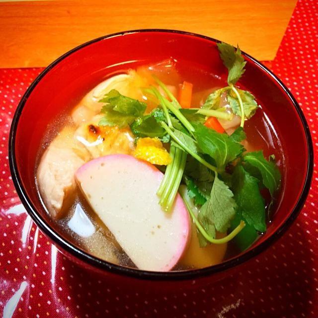 我が家のお雑煮は、鰹だしのおすまし仕立て、鶏ささみ、大根、人参、三つ葉、柚子 東京出身の夫の母の味です - 15件のもぐもぐ - お雑煮 by ykoko