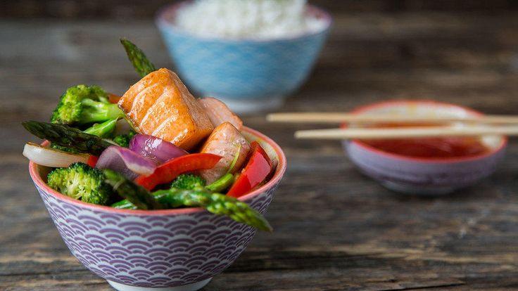 Når du bruker wok er det rakst og enkelt å lage sunn og god mat, som laks og grønnsaker.