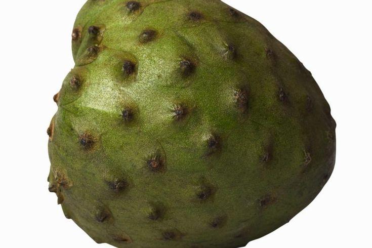 El valor nutricional de la guanábana o guyabano. La guanábana y el guyabano son solamente dos de los muchos nombres de una misma fruta. Tal vez porque el fruto del árbol Annona muricata florece en regiones cálidas de todo el mundo y se exporta a un sinnúmero de países, la guanábana tiene más de dos ...