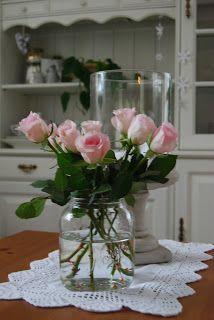 Så enkelt, så fint. Fokuset flyttes til de vakre rosene, mens Norgesglasset står der som et solid og trygt fundament. Så kan du jo selv velge om du vil ha duk eller ikke. (Av Bestemorhuset)