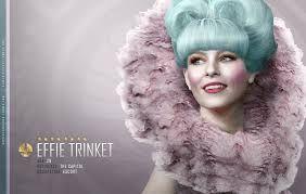 el cabello es de colores llamativos, fucsia, violeta, diferentes verdes, azules