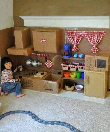 Convierte unas cajas de cartón en una cocina de juguete No tires las cajas de los electrodomésticos o compras grandes y aprovéchalas para crear una zona de juegos
