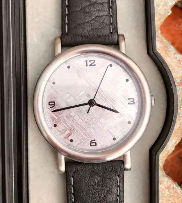 Horloge van Conlight met Muonuonalusta meteoriet wijzerplaat VEGA - 45 mm - 38 g  Bijzonder horloge met meteorietwijzerplaat van Conlight (http://ift.tt/2rZI0fC). Het betreft een fragment van de Muonuonalusta meteoriet uit Zweden (Kiruna Norbutten). VEGA Extra gehard mineraalglas wijzerplaat 26 mm Zwitsers kwarts uurwerk in stalen behuizing. 5 atm/50 m water resistant. 2 jaar garantie op de bewegende delen. Met lederen armband. NB Op de foto's zit op de voor en achterzijde van het horloge…