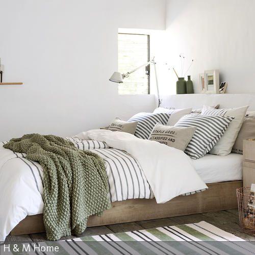 Wer einen gemütlichen Look möchte, sollte sein Bett mit vielen Tagesdecken dekorieren. Die gestreifte Bettwäsche bringt einen Hauch maritimen Flairs in das Zimmer. …